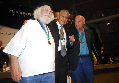 Eduardo Galeano y Ernesto Cardenal reciben el doctorado honoris causa por la Universidad Veracruzana (UV).