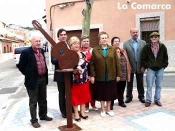 El alcalde de Puertollano, el concejal Luis Pizarro, representantes de la asociación de vecinos Cañamares y Fernando Mozos, presidente de FLAVE, posaban al lado del conjunto escultórico en homenaje a Joan Manuel Serrat